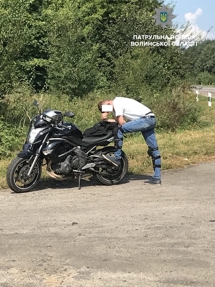 На Волині за хабар поліцейським покарали мотоцикліста