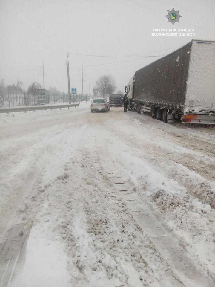 На Волині через сильні снігопади посилено слідкують за безпекою на дорогах
