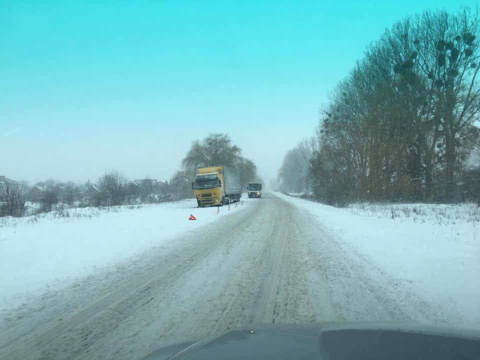 Під Луцьком водії самостійно розчищали дорогу від снігу. ФОТО