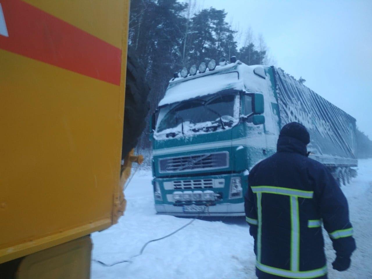 Волинські рятувальники визволяли автомобілі із снігових заметів. ФОТО