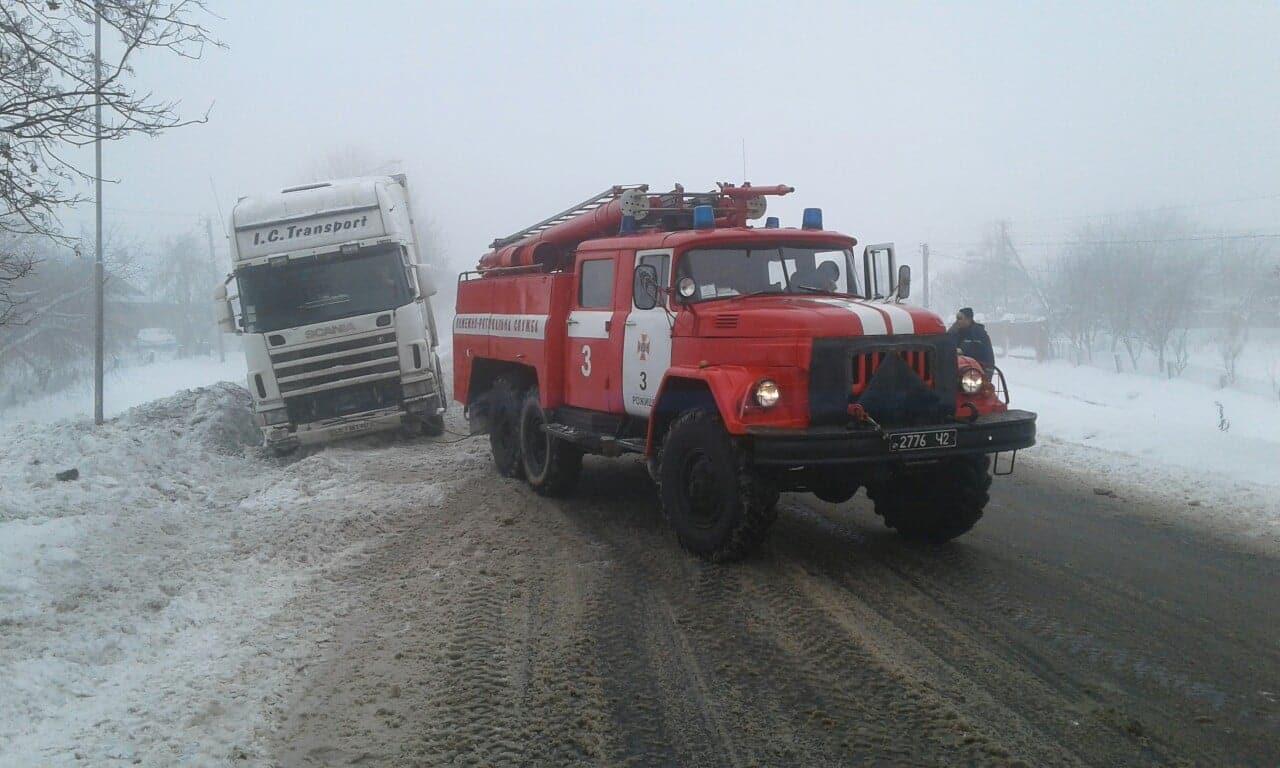Волинські рятувальники допомагають громадянам, які потрапили в снігові пастки