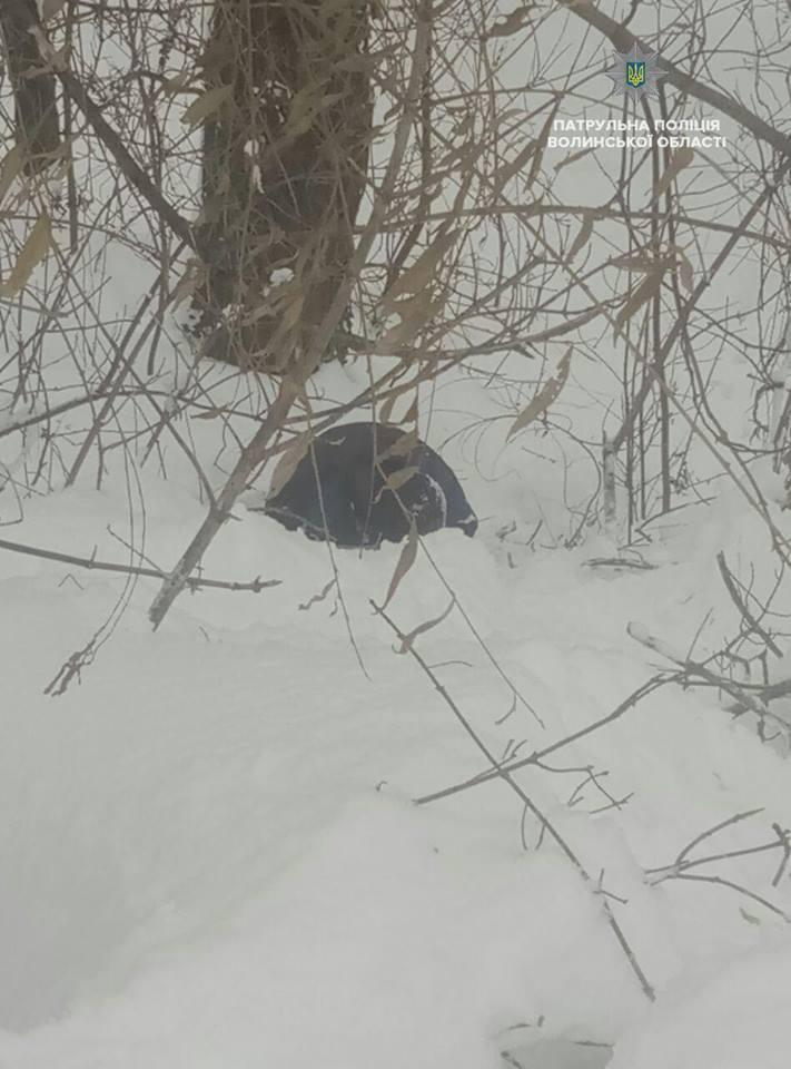 У Луцьку в рівчаку знайшли чоловіка, який ледь не замерз