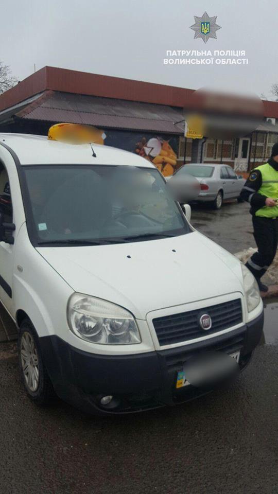 У Луцьку патрульні покарали таксистів-нелегалів