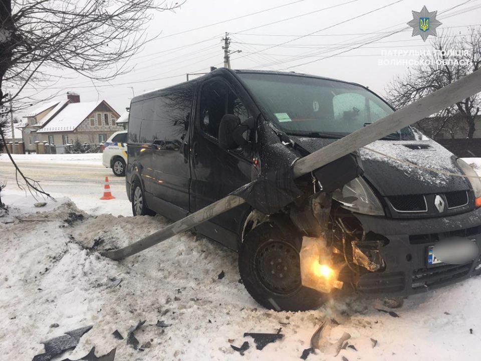 У Ковелі водій мікроавтобуса не справився з керуванням і збив світлофор