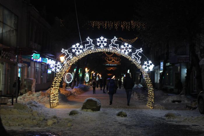 Центральна вулиця Луцька засяяла новорічними вогниками. ФОТО