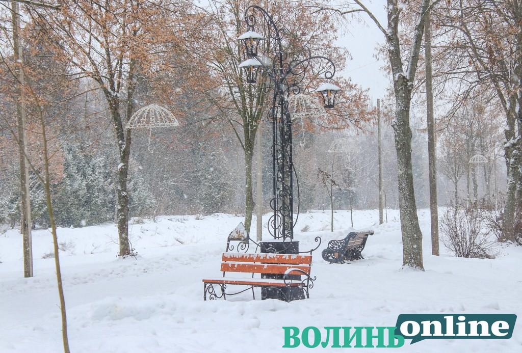 Засніжений святковий парк у Луцьку. ФОТОРЕПОРТАЖ