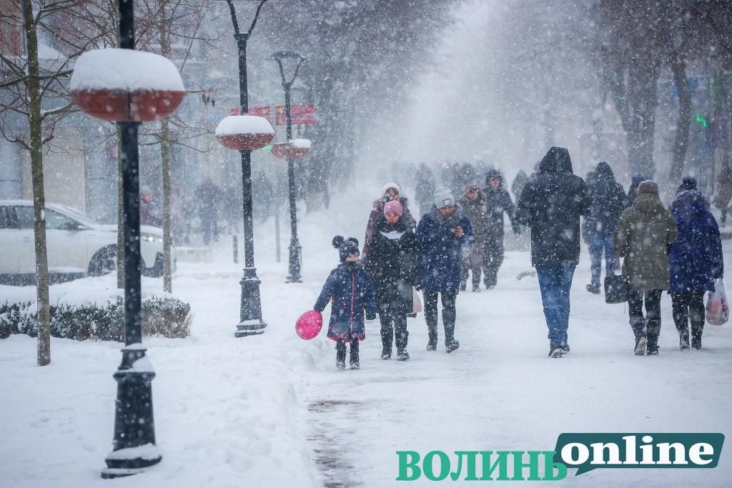 Сніг замітає Луцьк. ФОТОРЕПОРТАЖ