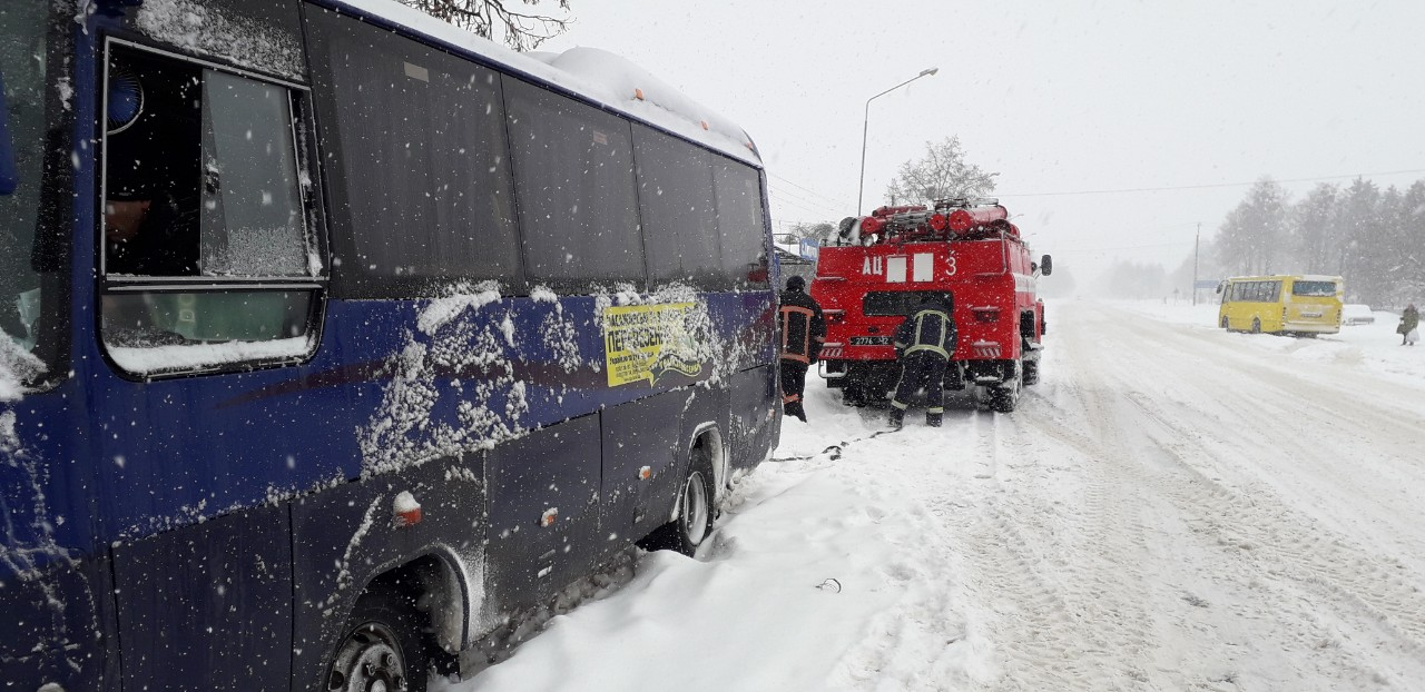 На Волині у снігових заметах застрягли два рейсових автобуси. ФОТО