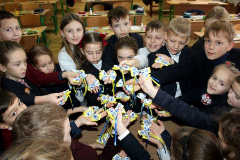 У Луцьку діти виготовляли патріотичні святкові обереги для воїнів АТО. ФОТО