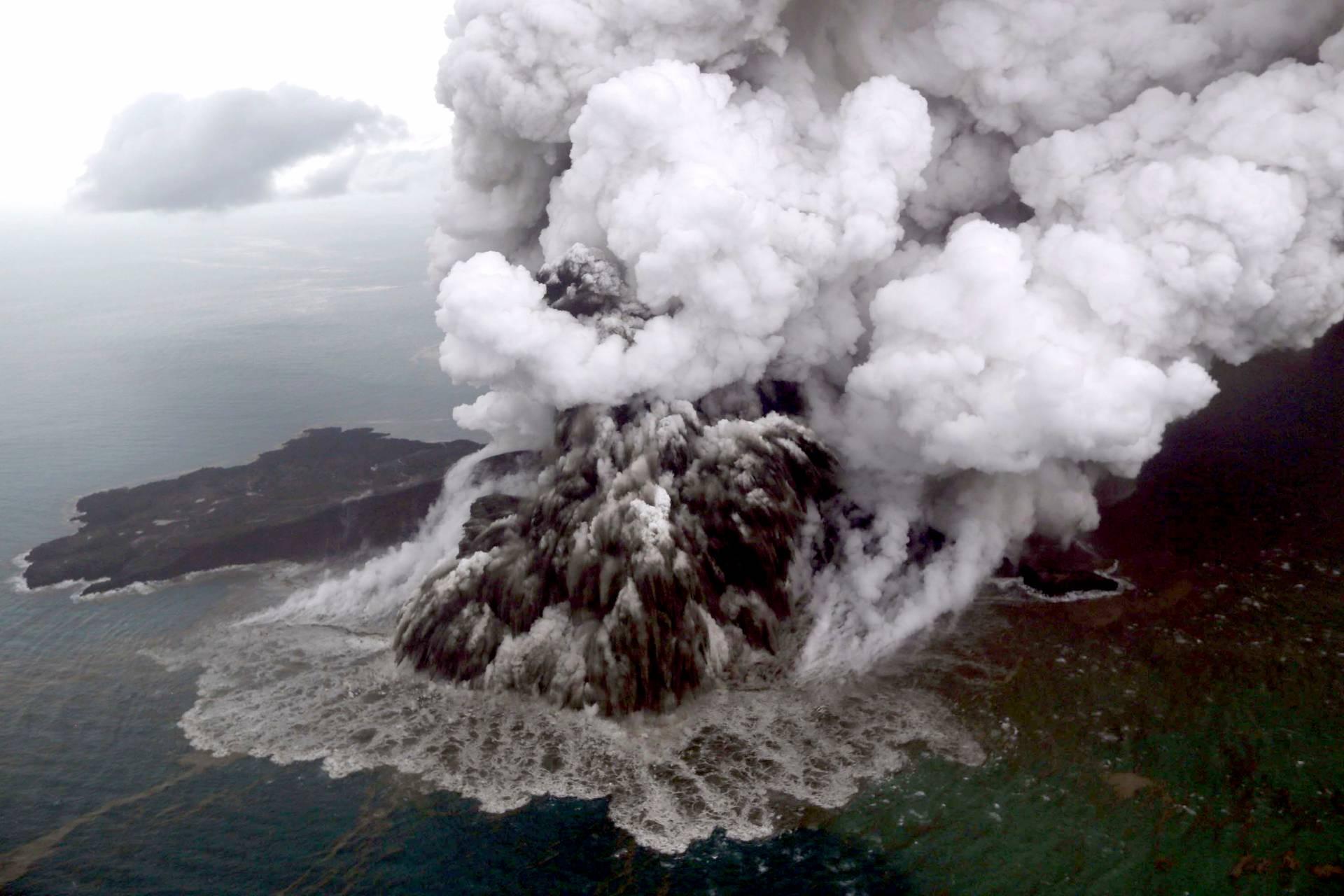 Вулкан, що спричинив цунамі в Індонезії, після виверження зменшився втричі