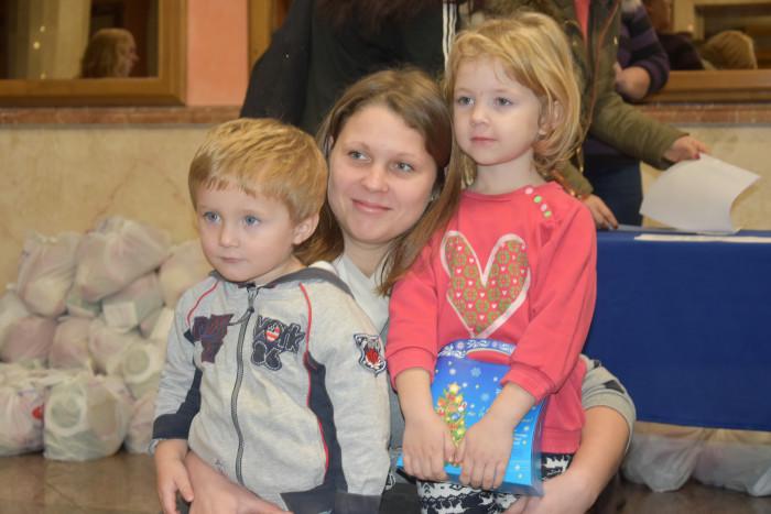 Луцькі сім'ї, які опинилися в складних життєвих обставинах, отримали подарунки. ФОТО