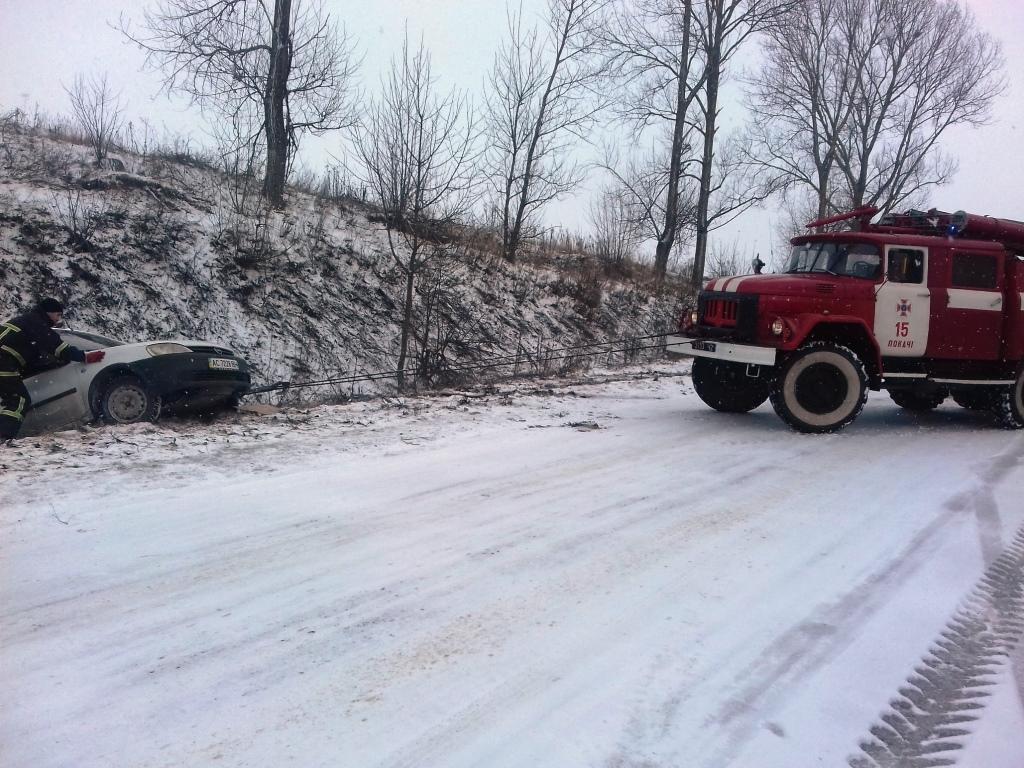 Волинські рятувальники допомагають водіям долати складні ділянки дороги