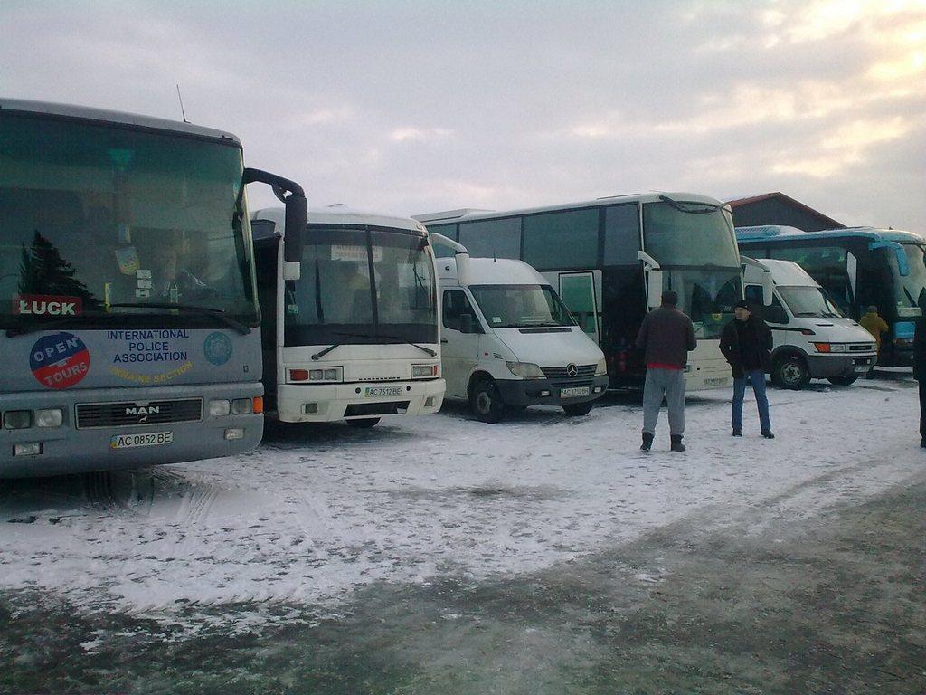 На Волині людей звозили автобусами на зустріч з Президентом. ФОТО