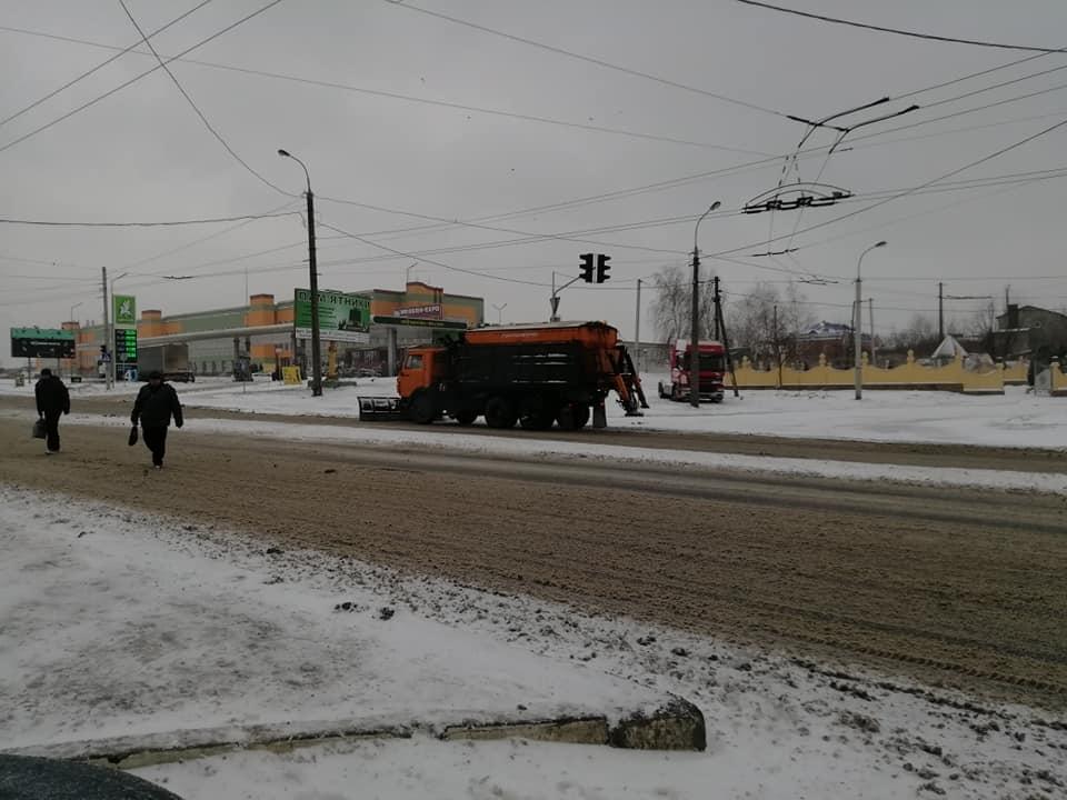 Дороги Луцька чистять від снігу 20 одиниць техніки