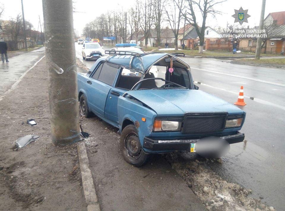 У Луцьку п'яний водій не впорався з керуванням та зіткнувся з електроопорою. ФОТО