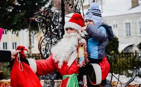 Луцькі муніципали пояснили, чому зачепили Діда Мороза на Театральному майдані