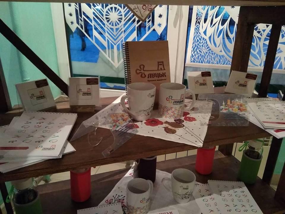 У Луцьку можна придбати оригінальні сувеніри – радісні листівки, теплі горнятка та календарі зі знатними особами