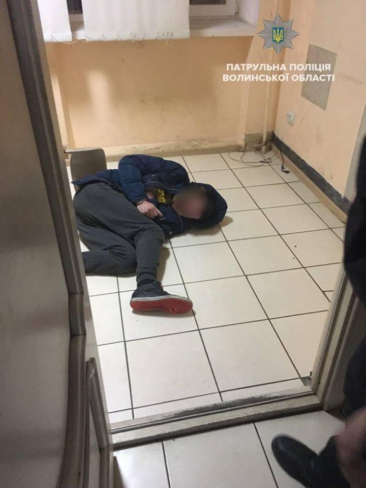 У Ковелі молодик накинувся на поліцейських через прохання не курити в під'їзді. ФОТО. ВІДЕО