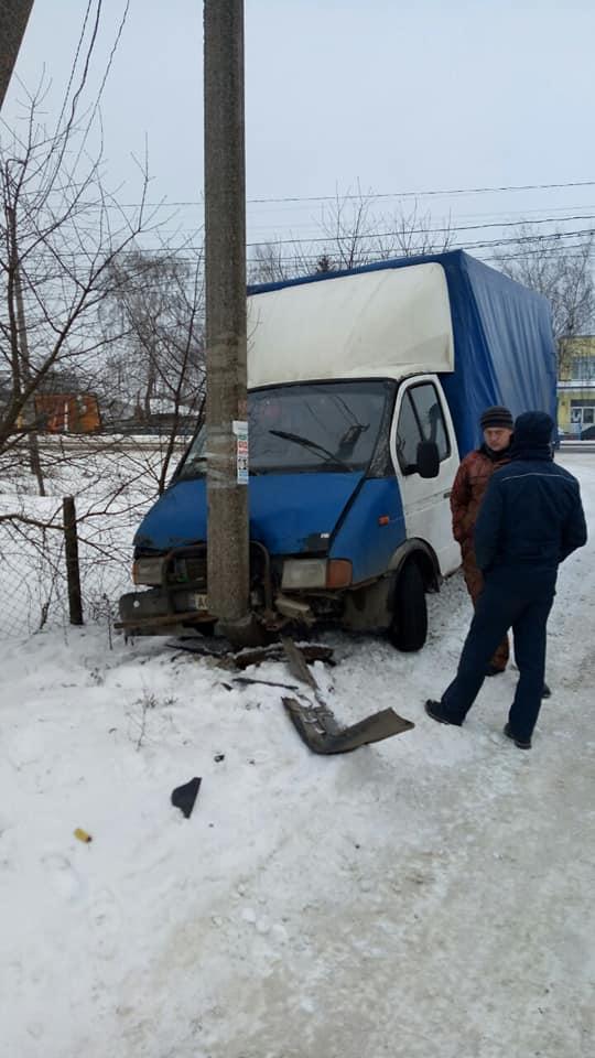Поблизу Луцька водій в'їхав у електроопору