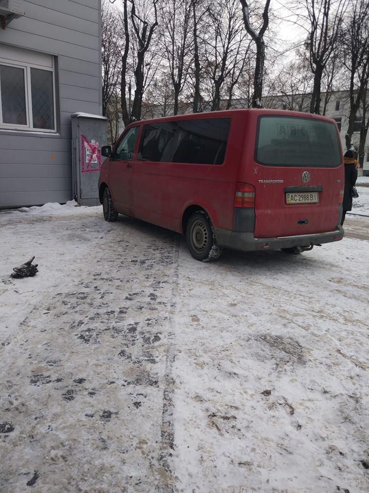 У Луцьку водій припаркувався посеред пішохідної доріжки. ФОТОФАКТ