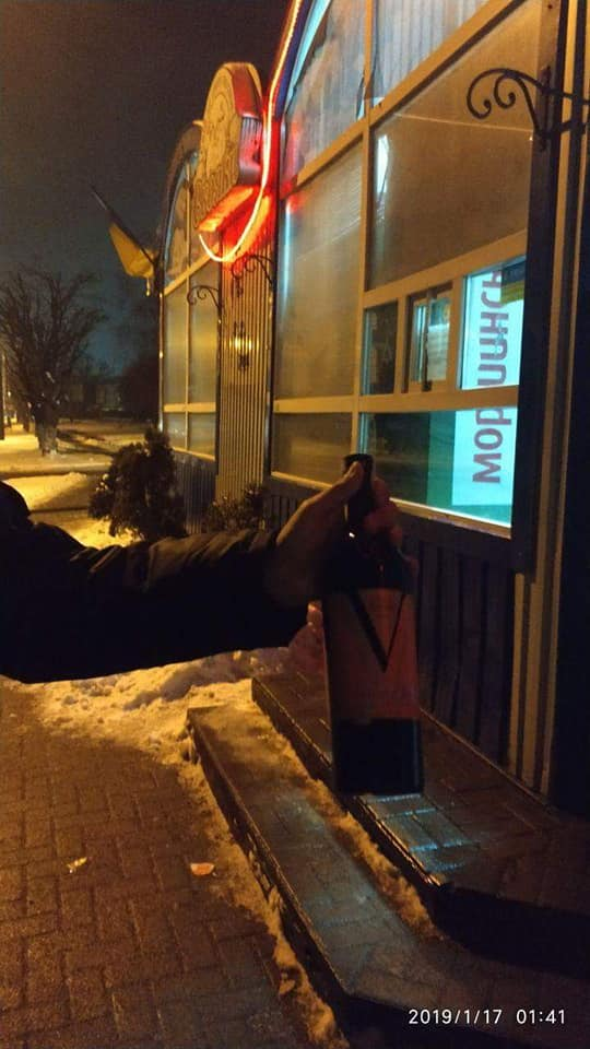 У Луцьку муніципали піймали продавця на продажі алкоголю вночі