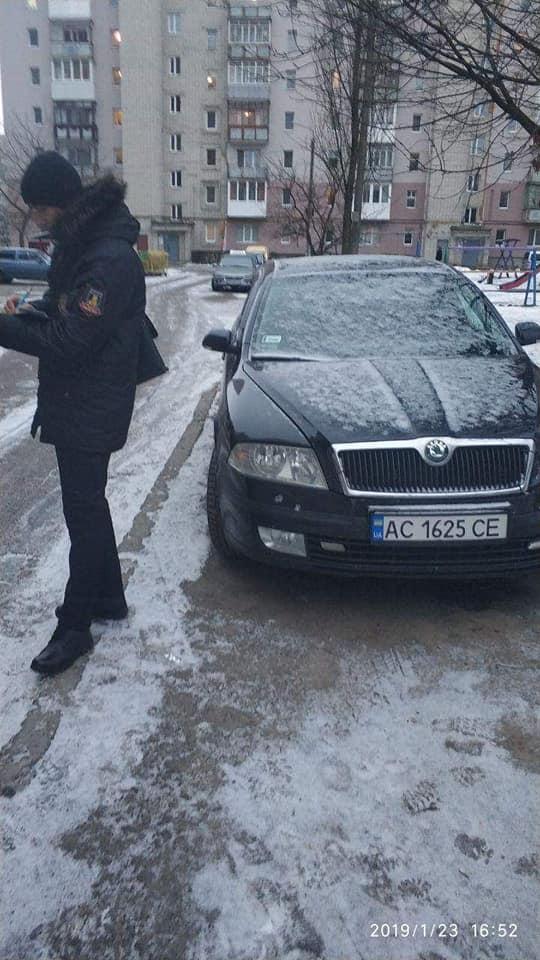 Луцькі муніципали штрафують порушників правил паркування