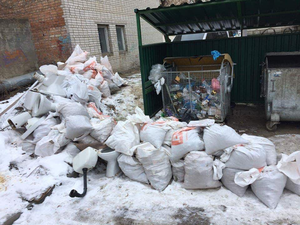 Лучани влаштували смітники під вікнами багатоповерхівок. ФОТО