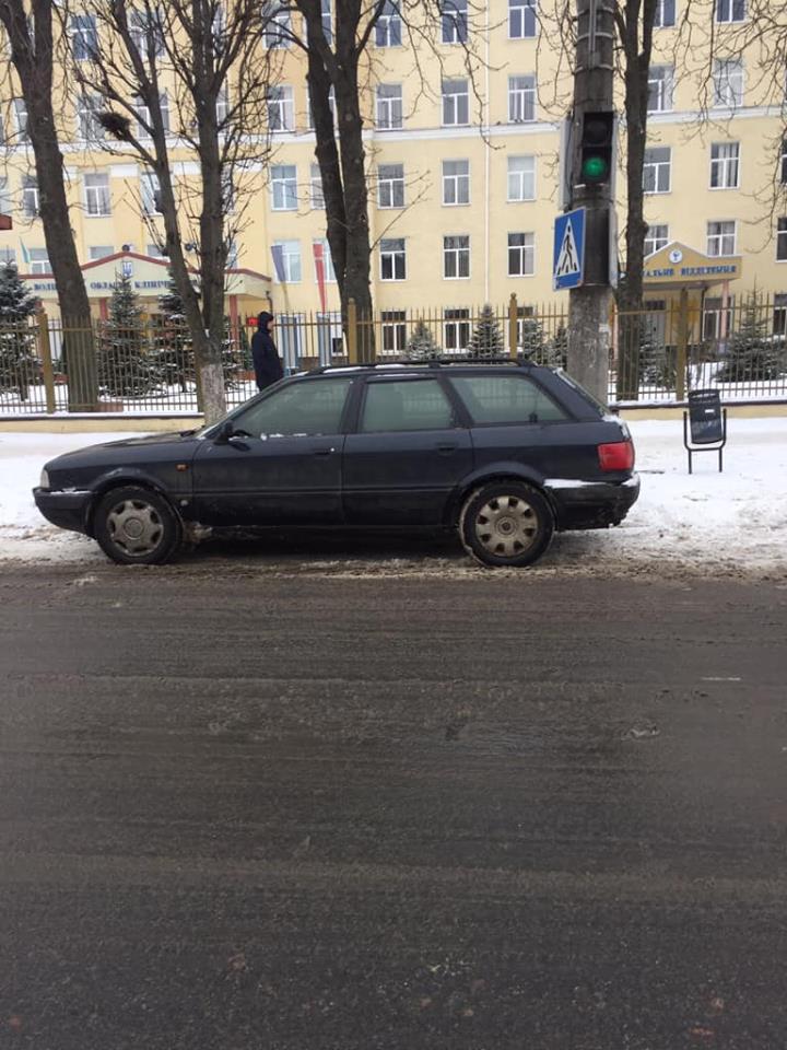 У Луцьку водій припаркувався на пішохідному переході