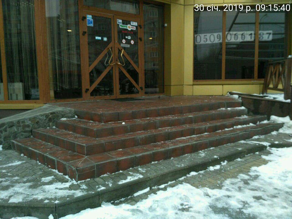Луцьких підприємців просять посипати сходи протиожеледною сумішшю