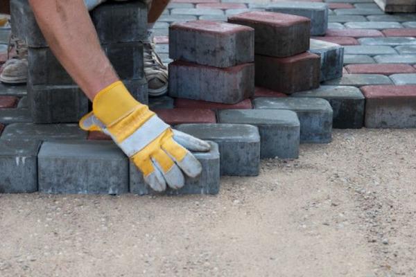У Луцьку на поточний ремонт тротуару витратять понад мільйон гривень