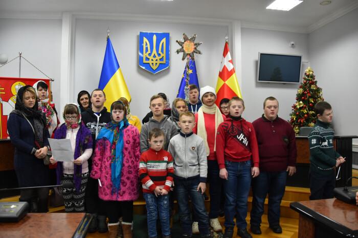 Вихованці ГО «Даун-синдром» привітали працівників Луцькради із різдвяними святами