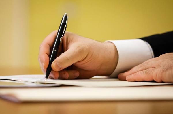 Порошенко підписав закон, що зобов'язує УПЦ МП змінити назву