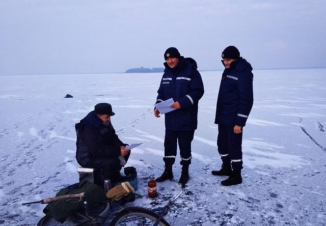 На Шацьких озерах рятувальники проводять роз'яснювальні бесіди з рибалками. ФОТО