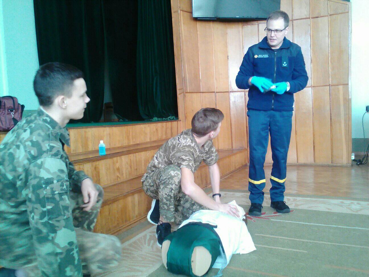Рятувальники навчали волинських школярів основам надання долікарської допомоги. ФОТО. ВІДЕО