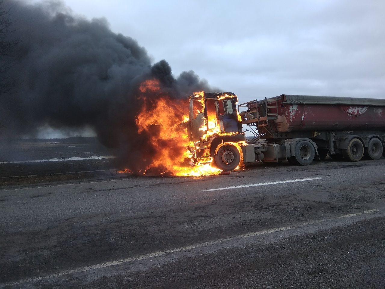 На Волині на дорозі загорілась вантажівка. ФОТО