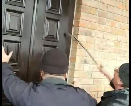 Речник УПЦ МП на Волині оприлюднив відео з прихильниками ПЦУ, які знімають двері храму в Кульчині. ВІДЕО