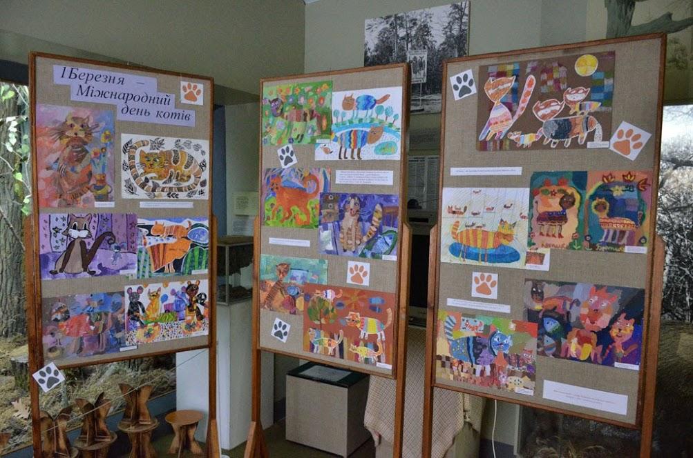 У Луцьку експонується виставка малюнків «Кішка в дім – радість в нім». ФОТО