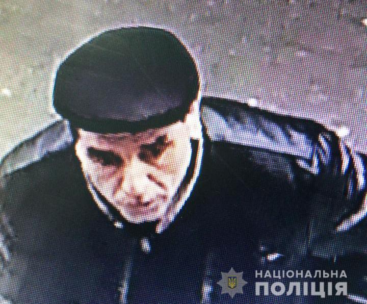 Розшукують зловмисника, який пограбував пенсіонерку у Луцьку. ФОТО
