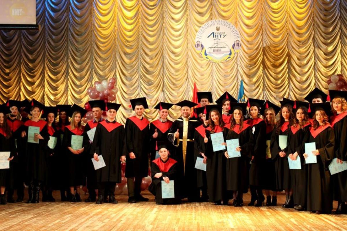 Випускникам луцького вишу офіційно вручили дипломи магістрів. ФОТО