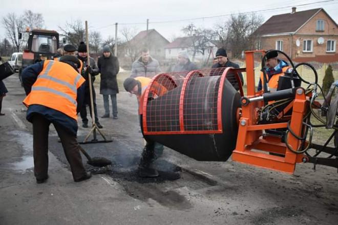 На Волині випробовують нове обладнання для ремонту доріг