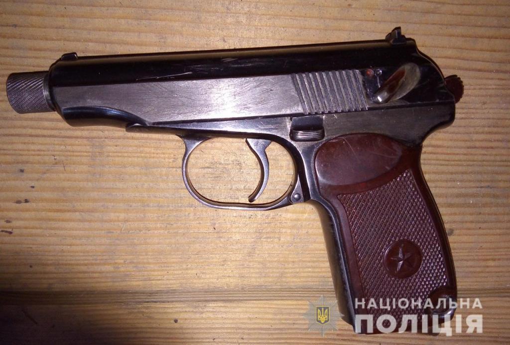 Поліція вилучила у волинянина пістолет та набої. ФОТО