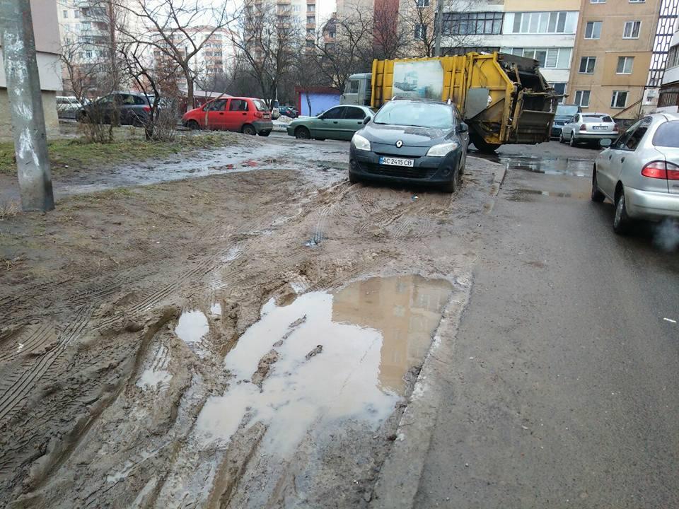 На вулиці Луцька замість благоустрою — болото. ФОТО