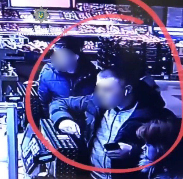 У Луцьку зловмисник поцупив телефон у чоловіка просто на касі супермаркету