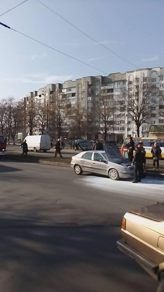 Посеред проспекту у Луцьку загорілася автівка. ФОТО. ВІДЕО
