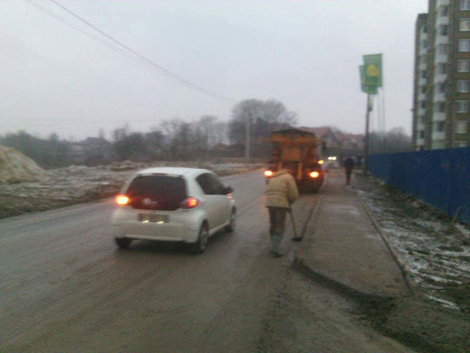 У Луцьку будівельників змусили почистити дорогу. ФОТО