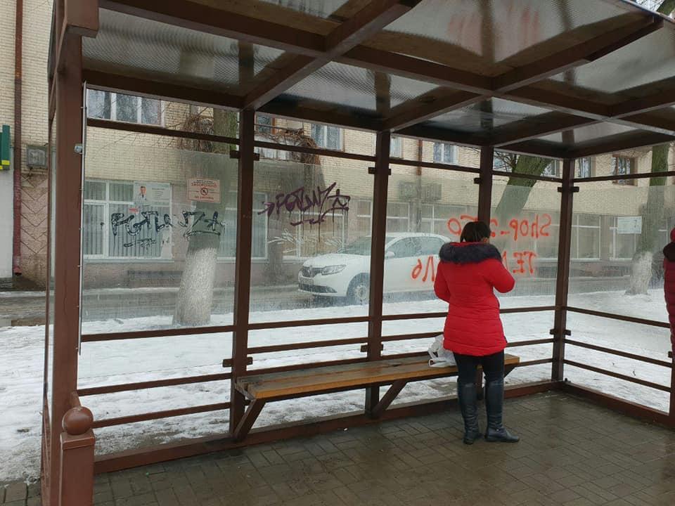 У Луцьку очистили зупинку від графіті