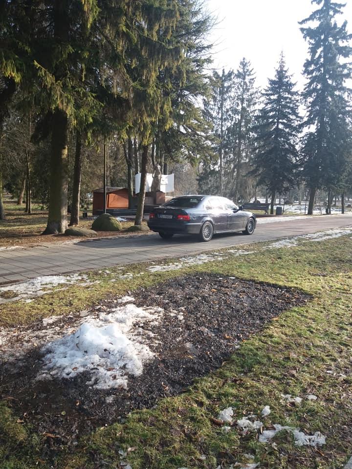 У Луцьку водій заїхав на центральну алею парку на авто. ВІДЕО