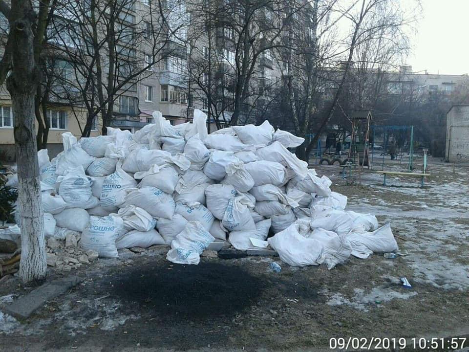 Лучанин вивіз будівельне сміття на дитячий майданчик
