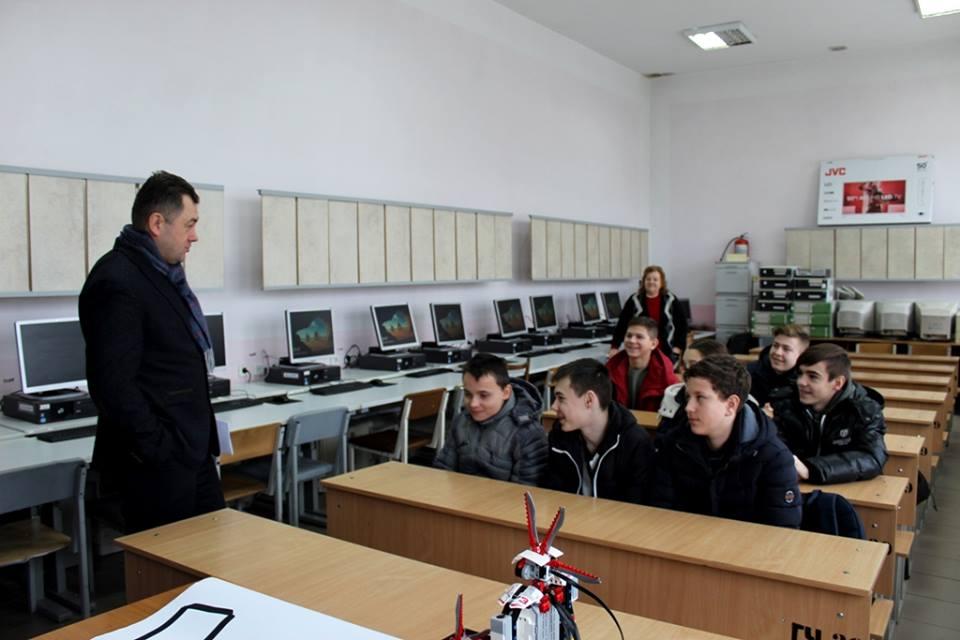 У луцькому виші школярів навчають ІТ-ішній справі. ФОТО