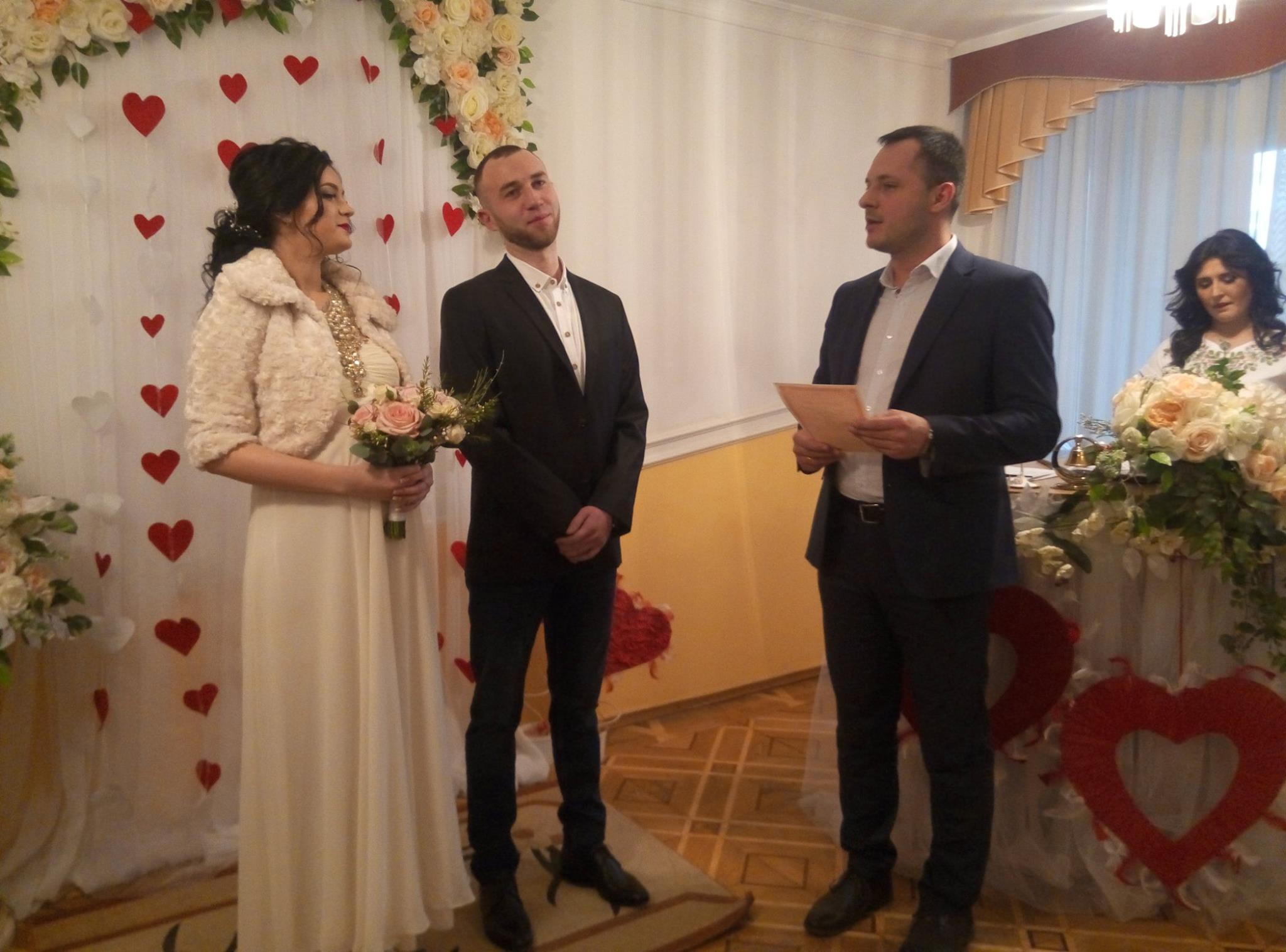 Святий Валентин у Луцьку з'єднав руки і серця 27 парам молодят